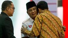 Dua calon Presiden Indonesia, Prabowo Subianto dari Partai Gerindra dan Joko Widodo (Jokowi) dari Partai PDIP saling berpelukan seusai sesi debat pilpres 2014 di Jakarta pada 22 Juni 2014. (AFP PHOTO / ROMEO GACAD)