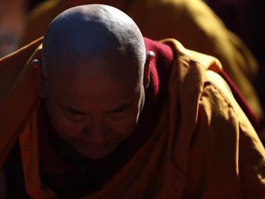 Seorang biksu memanjatkan doa selama festvial Budha yang merupakan rangkain Monlam di Kathmandu, Nepal (7/1/2020). Monlam adalah acara tahunan di mana para biksu berdoa untuk perdamaian dunia. (AP Photo/Niranjan Shrestha)