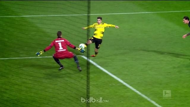 Berita video aksi pemain Borussia Dortmund, Christian Pulisic, terbaik pekan ke-17 Bundesliga 2017-2018. This video presented by BallBall.