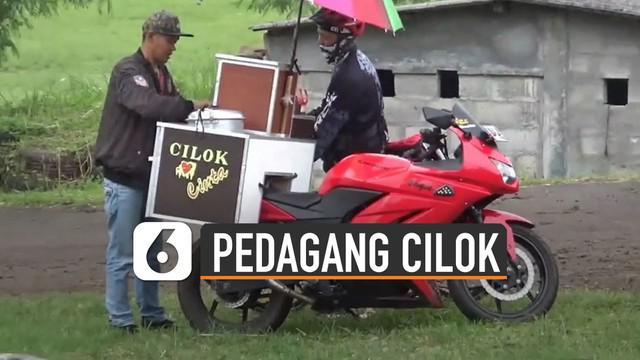 Pedagang cilok ini sepertinya berbeda dari yang lain karena berjualan menggunakan motor sport.