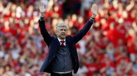 Pelatih Arsenal, Arsene Wenger, menyapa suporter saat perpisahan di Stadion Emirates (6/5/2018). Selama 22 tahun membesut Arsenal, Wenger telah mempersembahkan 17 gelar dan 704 Kemenangan. (AFP/Adrian Dennis)