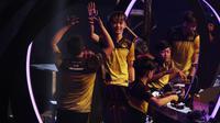 Tim e-Sports, Onic, merayakan kemenangan atas Louvre pada Grand Final Turnamen Mobile Legends: Bang Bang Profesional League (MPL) Indonesia Season 3 di Britama Arena, Jakarta, Jumat (3/5). Onic menang 3-0 atas Louvre. (Bola.com/Vitalis Yogi Trisna)