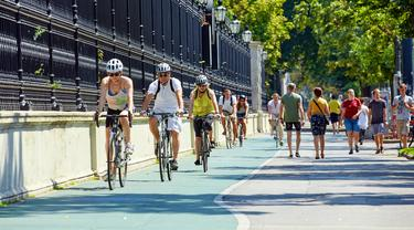 Orang-orang bersepeda di jalur khusus sepeda, Wina, Austria, 7 Agustus 2020.  Wina memiliki jalur khusus sepeda sepanjang kurang lebih 1.400 kilometer. (Xinhua/Georges Schneider)