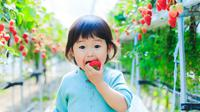 ilustrasi anak kecil makan buah/copyright by beeboys from Shutterstock