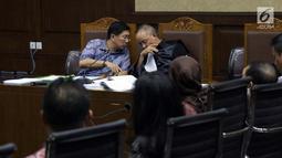 Terdakwa kasus dugaan suap kepada Direktur PT Krakatau Steel Wisnu Kuncoro, Kenneth Sutardja (kiri) berbincang dengan kuasa hukumnya saat sidang lanjutan di Pengadilan Tipikor, Jakarta, Senin (1/7/2019). Sidang beragendakan mendengar keterangan saksi-saksi. (Liputan6.com/Helmi Fithriansyah)
