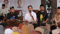 Putra sulung Presiden Jokowi, Gibran Rakabuming Raka memakai sarung ketika menjadi pembicara talkshow di Pondok Pesantren Al Muayad Solo, Sabtu (26/10).(Liputan6.com/Fajar Abrori)