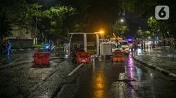 Kawat berduri terpasang saat penyekatan jalan di kawasan Pasar Baru, Jakarta, Kamis (31/12/2020). Polda Metro Jaya menutup sejumlah ruas jalan selama Car Free Night dan Crowd Free Night pada malam Tahun Baru 2021 untuk mencegah penyebaran COVID-19. (Liputan6.com/Faizal Fanani)