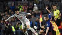 Gelandang Liverpool, Mohamed Salah saat melewati Jordi Alba pada leg 1, babak semifinal Liga Champions yang berlangsung di Stadion Camp Nou, Barcelona, Kamis (2/5). Barcelona menang 3-0 atas Liverpool. (AFP/
