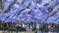 Aksi Bomber Persib membentangkan kain biru dan putih saat Persib Bandung melawan Arema Cronus pada laga Torabika SC 2016 di Stadion Si Jalak Harupat, Soreang, Bandung, Sabtu (27/8/2016). (Bola.com/Nicklas Hanoatubun)