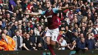 Aksi selebrasi bomber West Ham United, Andy Carroll usai menjebol jala Arsenal, akhir pekan lalu, di Boleyn Ground , Upton Park, London. Ketajaman Carroll membuat lini belakang Manchester United takut.  (Reuters/Stefan Wermuth)