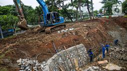 Petugas Sudin Sumber Daya Air (SDA) Jakarta Pusat mengerjakan pembuatan embung di Jalan Letjend Suprapto, Sumur Batu, Kemayoran, Selasa (2/3/2021). Embung yang berada di sisi Selatan Ruko Cempaka Mas tersebut diperuntukkan guna menampung air agar tidak banjir. (Liputan6.com/Faizal Fanani)