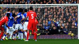 Tendangan bebas Luis Suarez menjebol gawang Everton pada pertandingan sepak bola Liga Inggris antara Everton melawan Liverpool di Goodison Park, Liverpool, Sabtu (23/11/2013). (AFP/Paul Ellis)