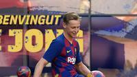Gelandang asal Belanda Frenkie de Jong menjuggling bola saat pengenalan dirinya di stadion Camp Nou, Spanyol (5/7/2019). Barcelona memboyong Frenkie de Jong dari Ajax Amsterdam seharga 75 juta euro (Rp1,19 triliun). (AFP Photo/Lluis Gene)