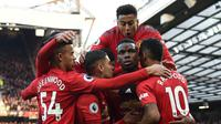 Paul Pogba kembali mencetak gol ke gawang West Ham lewat tendangan penalti pada laga lanjutan Premier League yang berlangsung di Stadion Old Trafford, Minggu (14/4). Man United menang 2-1 atas West Ham. (AFP/Paul Ellis)