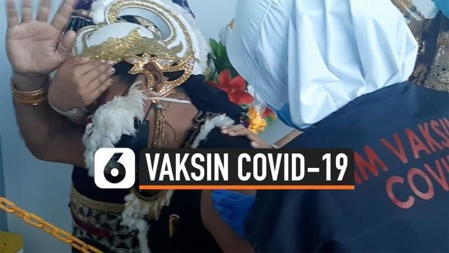 Ada yang berbeda dari proses vaksinasi di Solo, Jawa Tengah. Seorang peserta vaksin mengenakan kostum wayang saat akan melakukan vaksinasi.