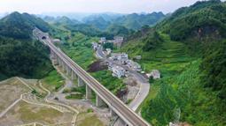 Foto dari udara menunjukkan jalur kereta antarkota Anshun-Liupanshui di Provinsi Guizhou, China, Senin (6/7/2020). Jalur kereta ini akan mempersingkat waktu perjalanan antara Guiyang dan Liupanshui dari saat ini 3,5 jam menjadi sekitar 1 jam. (Xinhua/Liu Xu)