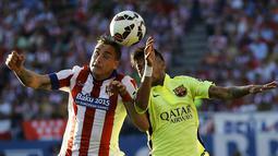 Bek Atletico Madrid, Jose Maria Gimenez (kiri) berebut bola udara dengan penyerang Barcelona Neymar pada laga Liga Spanyol di Stadion Vicente Calderon, Senin (18/5/2015). Barcelona menang 1-0 atas Atletico Madrid. (REUTERS/Andrea Comas)