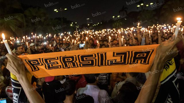 Para suporter Persija, The Jakmania, melakukan aksi seribu lilin dan tabur bunga untuk mengenang anggotanya Muhammad Fahreza yang meninggal diduga akibat tindak kekerasan di SUGBK, Jakarta, Senin (16/5/2016).  (Bola.com/Vitalis Yogi Trisna)