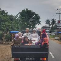 Foto pengantin naik mobil bak bikin netizen baper massal. (Foto: twitter.com/aan__)