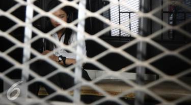 Jessica Kumala Wongso berada di dalam mobil tahanan usai sidang vonis di PN Jakarta Pusat, Jakarta, Kamis (27/10). Jessica mengatakan vonis yang dijatuhkan hakim tidak adil dan berencana akan mengajukan banding. (Liputan6.com/Helmi Afandi)