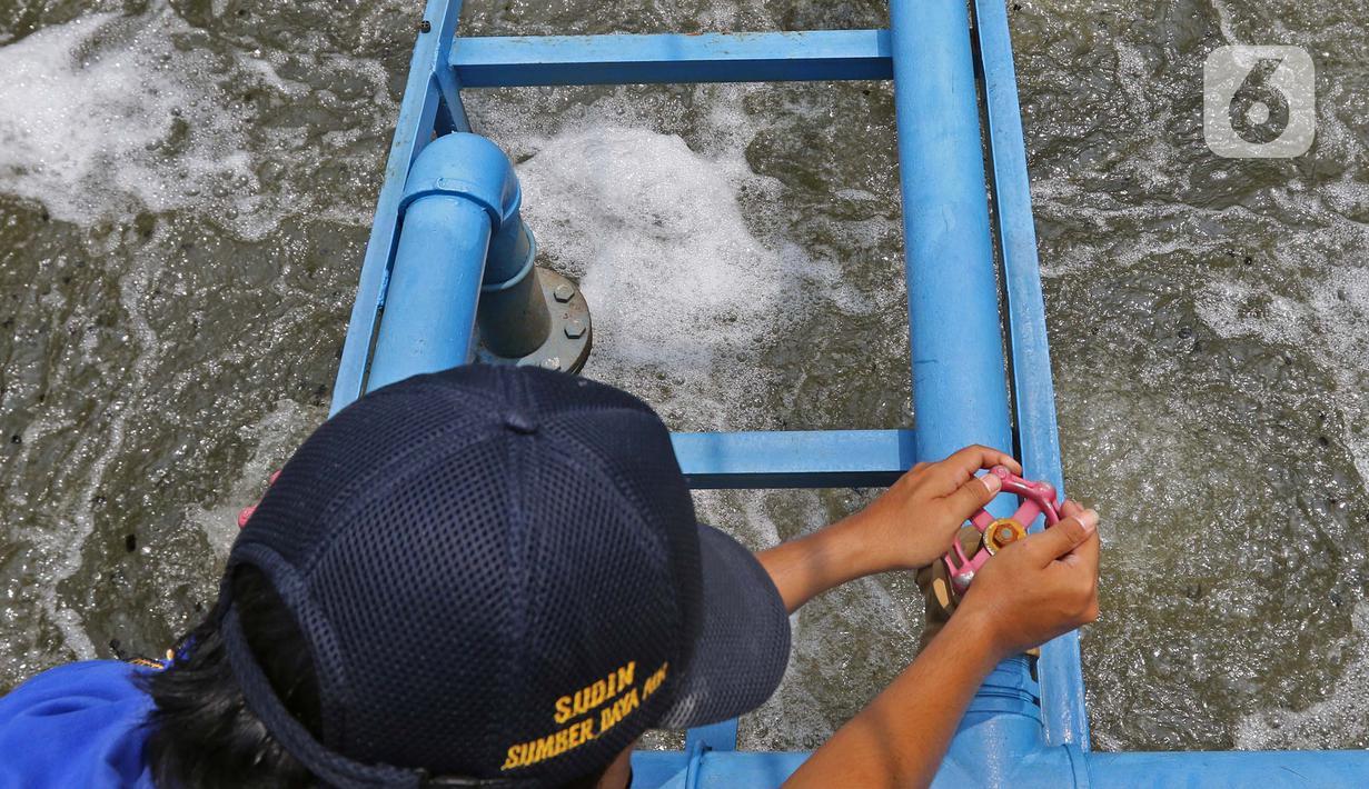 Petugas melakukan pengontrolan di pengolahan air limbah di Jagakarsa, Jakarta, Kamis (19/11/2020). Dinas Sumber Daya Air DKI Jakarta menyiapkan Sistem Pengelolaan Air Limbah Domestik Terpusat (SPALD-T) skala perkotaan dan permukiman. (Liputan6.com/Herman Zakharia)