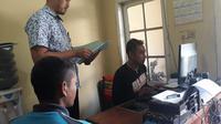 Pelaku AR, tengah melakukan pemeriksaan intensif di kantor Mapolsek Tarogong Kidul (Liputan6.com/Jayadi Supriadin)