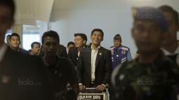 Gelandang Indonesia, Hanif Sjahbandi, tampak bahagia saat tiba di Bandara Soekarno-Hatta, Tangerang, Rabu, (30/8/2017). Pemain Indonesia disambut para fans sepulangnya dari SEA Games di Malaysia. (Bola.com/M Iqbal Ichsan)