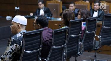 Tersangka suap DPRD Sumut, Rijal Sirait, Fadly Nurzal, Rooslynda Marpaung dan Rinawati Sianturi (kiri ke kanan) mengikuti sidang perdana di Pengadilan Tipikor, Jakarta, Rabu (21/11). Sidang mendengar pembacaan dakwaan. (Liputan6.com/Helmi Fithriansyah)