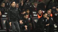 Reaksi pelatih Arsenal Mikel Arteta saat melihat anak asuhnya bermain menghadapi Bournemouth pada pertandingan Liga Inggris di Stadion Vitality, Bournemouth, Inggris, Kamis (26/12/2019). Pertandingan berakhir dengan skor 1-1. (Glyn KIRK/AFP)