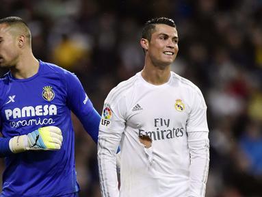 Cristiano Ronaldo dengan kaus yang robek terlihat kecewa setelah gagal mencetak gol pada lanjutan La Liga Spanyol di Stadion Santiago Bernabeu, Madrid, Rabu (20/4/2016) atau Kamis dini hari WIB. Real Madrid menang 3-0 atas Villarreal. (AFP/Javier Soriano)