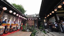 Upacara pembukaan sebuah museum ikan mas hias di Sanfangqixiang (Tiga Jalur dan Tujuh Lorong), Kota Fuzhou, Provinsi Fujian, China, 23 September 2020. Lebih dari 3.000 ikan mas hias dari sekitar 100 spesies dipamerkan di museum tersebut. (Xinhua/Wei Peiquan)