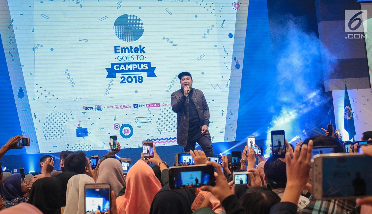 Musisi Virgoun hibur peserta Emtek Goes to Campus 2018 di Universitas Kristen Petra Surabaya, Jawa Timur, Rabu (14/11). Dalam penampilannya Virgoun membawakan tiga lagu yaitu bukti, surat cinta untuk starla, pedih. (Liputan6.com/Faizal Fanani)