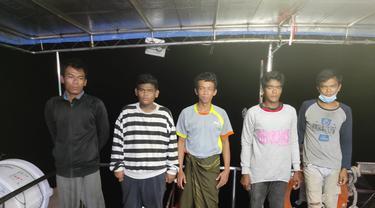Lima orang nelayan WNI asal Deli Serdang, Sumatra Utara, berhasil dibebaskan dan diserahkan kepada Tim Satgas KBRI Kuala Lumpur oleh Agensi Penguatkuasa Maritim Malaysia (APMM) wilayah Perak. (KBRI Kuala Lumpur)