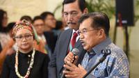 Wakil Presiden RI, Jusuf Kalla berbicara di hadapan media saat pembukaan Forum Indonesia Afrika (IAF) 2018 di Nusa Dua, Bali, Selasa (10/4). ertemuan dua hari tersebut diikuti 53 negara Afrika untuk berdialog dengan Indonesia. (SONNY TUMBELAKA/AFP)
