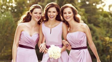 15 Selebritas Hollywood Ini Juga Pernah Menjadi Bridesmaids