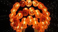 Sebanyak 5.000 lampion menghiasi kawasan sekitar Pasar Gede, Solo, Jateng, menyambut datangnya Tahun Baru Imlek 2568/2017 M. (Liputan6.com/Fajar Abrori)