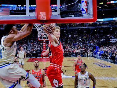 Pebasket Milwaukee Bucks, Giannis Antetokounmpo, memasukkan bola saat melawan Chicago Bulls pada laga NBA di United Center, Selasa (31/12/2019). Milwaukee Bucks menang 123-102 atas Chicago Bulls. (AP/Matt Marton)