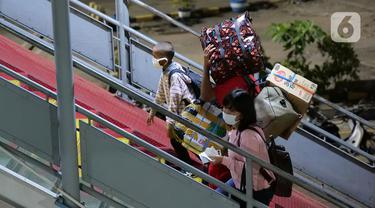 Sejumlah calon penumpang yang akan menyeberang ke Sumatera antre masuk ke kapal ferry di Pelabuhan Merak Banten, Rabu (5/5/2021) dinihari.  Pemerintah melarang mudik Lebaran selama 12 hari, mulai tanggal 6 hingga 17 Mei 2021 guna mencegah penularan Covid-19. (Liputan6.com/Herman Zakharia)