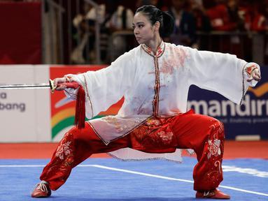 Atlet Wushu Indonesia, Lindswell Kwok saat beraksi pada Asian Games  di JIExpo, Jakarta, Senin, (20/8). Lindswell Kwok berhasil menyumbang emas kedua untuk Indonesia di Asian Games 2018. (AP Photo/Aaron Favila)