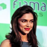 Deepika Padukone yang merupakan mantan kekasih Ranbir Kapoor ini mengatakan jika sang aktor tidak akan menikah sampai dia memberi izinnya. Mereka memang sedang dalam promosi film 'Tamasha'. (Bintang/EPA)