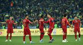 Penyerang Portugal, Cristiano Ronaldo memberi semangat rekan-rekannya usai pertandingan melawan Ukraina pada Grup B Kualifikasi Piala Eropa 2020 di Stadion NSK Olympiyskiy (15/10/2019). Ukraina menang tipis atas Portugal 2-1. (AFP Photo/Genya Savilov)