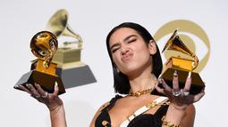 Dua Lipa berpose dengan penghargaan Grammy Awards 2019 di Staples Center, Los Angeles, California, AS, Minggu (10/2). Dua Lipa meraih penghargaan Best Dance Recording dan Best New Artist. (Photo by Chris Pizzello/Invision/AP)