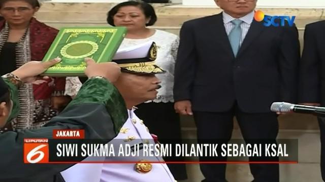 Laksamana Madya TNI Siwi Sukma Adji resmi dilantik oleh Presiden Joko Widodo sebagai kepala Staf TNI Angkatan Laut di Istana Negara, Jakarta.