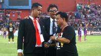 Pelatih Persik, Budihardjo Thalib, saat diusir PP Sofa Sumarsono karena masuk lapangan untuk menyanyikan anthem klub bersama pemain di Stadion Brawijaya, Kota Kediri, Jumat (6/9/2019). (Bola.com/Gatot Susetyo)