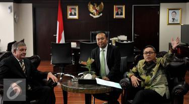 Ketua MPR Zulkifli Hasan (kanan) menerima kunjungan Senator Australia Barat Chris Back (kiri) di Kompleks Parlemen, Jakarta, Senin (28/9/2015). Pertemuan untuk menjalin kerjasama antar parlemen kedua negara. (Liputan6.com/Johan Tallo)