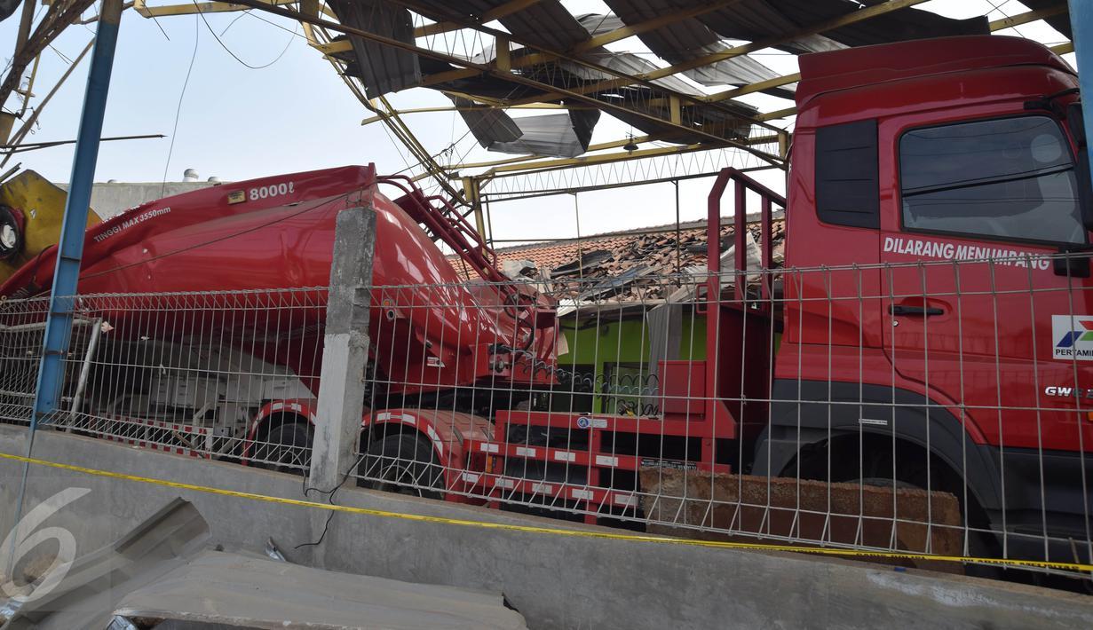 Sebuah truk pengangkut Bahan Bakar Minyak (BBM) yang hancur akibat meledak di garasi PT Darma Sentana Putra di Jalan Kawasan Industri Terboyo, Semarang, Rabu, ( 9/11). Truk yang meledak tersebut berkapasitas 8.000 liter premium. (Liputan6.com/Gholib)