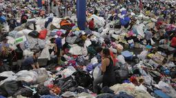 Berbagai kebutuhan sandang hasil donasi untuk korban Harvey dikumpulkan di George R. Brown Convention Center, Selasa (29/8). Ratusan relawan membantu aksi penggalangan dana sejak Sabtu (26/8) waktu setempat. (Elizabeth Conley/Houston Chronicle via AP)
