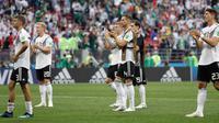 Pemain Jerman berjalan ke pendukung mereka setelah kalah dalam pertandingan Grup F antara Jerman dan Meksiko di Piala Dunia 2018 di Stadion Luzhniki, Moskow, Rusia, Minggu (17/6). (AP Photo/Matthias Schrader)
