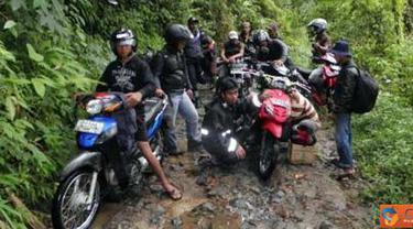 Citizen6, Cianjur: Jalan yang menghubungkan antar desa di Kecamatan Cidaun, Kabupaten Cianjur, Jawa Barat, terisolir lantaran semua akses jalan tersebut rusak dan hanya bisa dilalui kendaraan roda dua. (Pengirim: Solihin Nurodin)