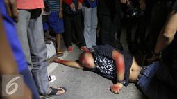 Pria tanpa identitas sekarat usai di tabrak bus PPD 213 di kawasan Matraman Raya, Jakarta, Kamis (20/8/2015). Menurut saksi pria tersebut nekat menyeberang melewati jalur busway. (Liputan6.com/Faizal Fanani)